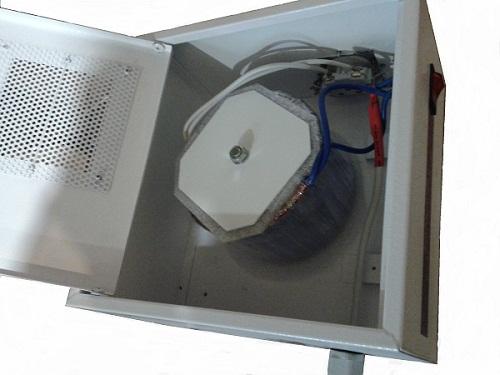 Однофазный трансформатор в шкафу
