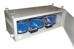 Трехфазный разделительный трансформатор в корпусе.